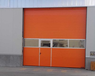 usa de garaj sectionala industriala cu usa pietonala si ferestre