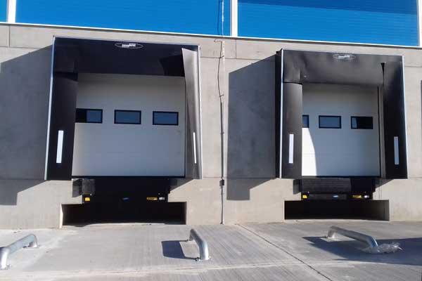 usa de garaj sectionala industriala cu fereastra pentru descarcare marfa